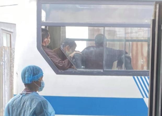 Sau khi không hợp tác, những người sống tại Tịnh thất Bồng Lai đã được mời lên xe. (Ảnh: N.S.)