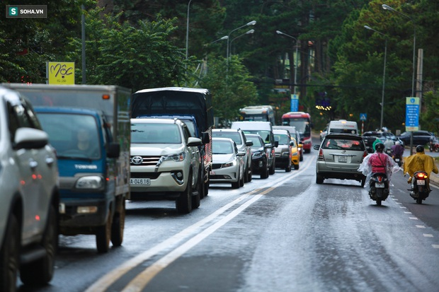 Cửa ngõ Đà Lạt ùn tắc kéo dài, hàng trăm ôtô nhúc nhích từng chút trong cơn mưa chiều - Ảnh 4.
