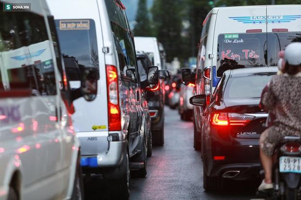 Cửa ngõ Đà Lạt ùn tắc kéo dài, hàng trăm ôtô nhúc nhích từng chút trong cơn mưa chiều - Ảnh 9.