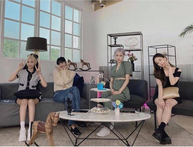 """Cùng diện áo blouse bánh bèo: Lisa """"dừ"""" hơn bình thường, Seo Ye Ji dịu dàng sang chảnh  - Ảnh 1."""