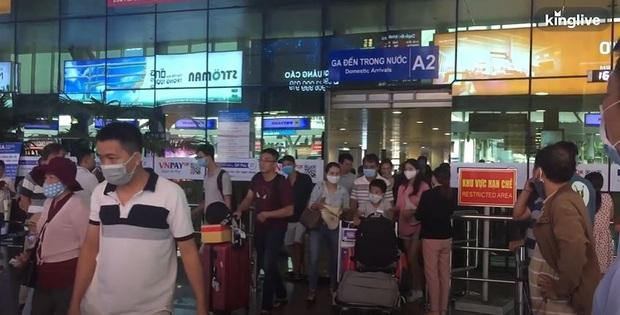 Sân bay Đà Nẵng tấp nập người làm thủ tục, nhiều khách mua vé giờ chót - Ảnh 2.
