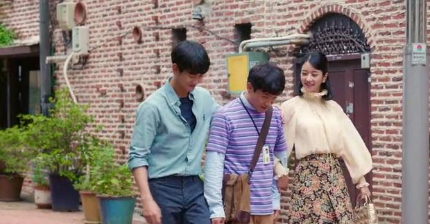 """Cùng diện áo blouse bánh bèo: Lisa """"dừ"""" hơn bình thường, Seo Ye Ji dịu dàng sang chảnh  - Ảnh 6."""