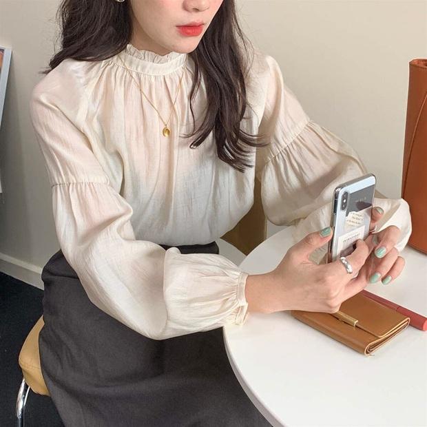 """Cùng diện áo blouse bánh bèo: Lisa """"dừ"""" hơn bình thường, Seo Ye Ji dịu dàng sang chảnh  - Ảnh 10."""