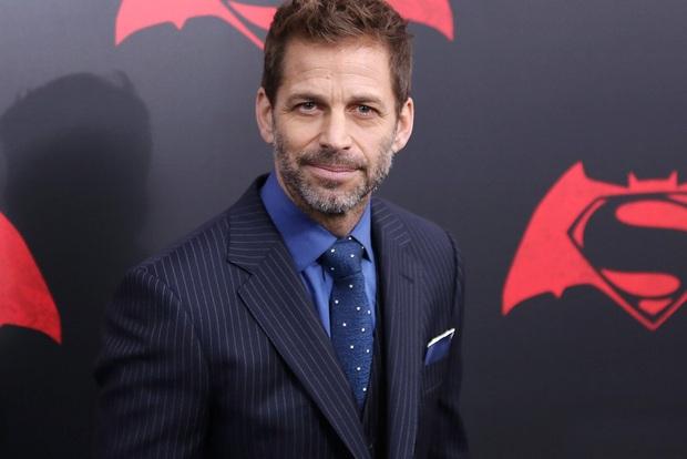 Bóng gió chê bai cha đẻ Avengers, đạo diễn Justice League khoe hẳn suit đen siêu bốc của Superman để dằn mặt - Ảnh 1.