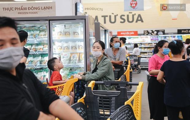 TP. HCM: Tiếp tục yêu cầu người dân đeo khẩu trang nơi công cộng để phòng dịch bệnh - Ảnh 1.