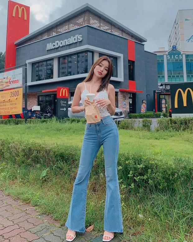 Quần jeans trên ôm dưới loe tôn chân cực khéo, chẳng trách chị em cứ diện suốt, chụp hình là đẹp mê - Ảnh 2.