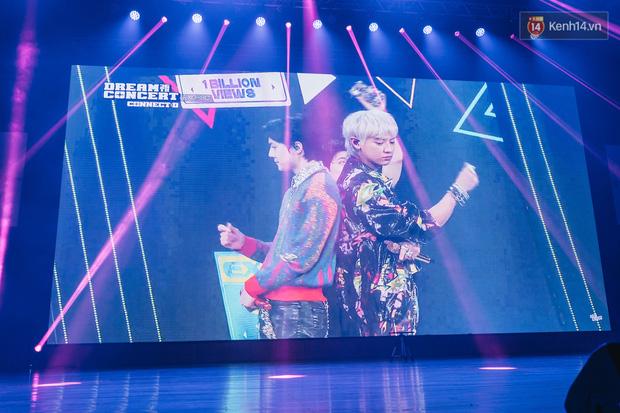 Hàng trăm fan tại Hà Nội cùng xem Dream Concert phát sóng trực tuyến trên toàn cầu; EXO-SC, Red Velvet và dàn sao Kpop quẩy hết nấc - Ảnh 6.