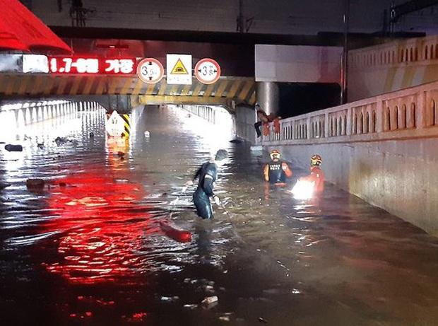 Hàn Quốc: Tuột tay con gái giữa dòng nước lũ gây ngập 2,5m, người mẹ không ngờ đó là giây phút cuối cùng của 2 mẹ con - Ảnh 2.