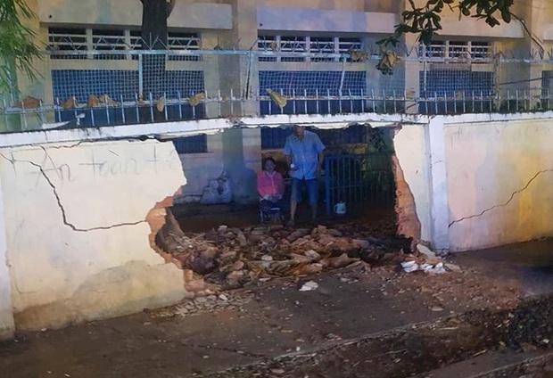 Đạp nhầm chân ga, nữ tài xế tông sập tường rào trường tiểu học - Ảnh 3.