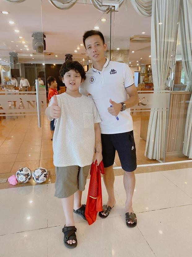 Tim khoe ảnh con trai hào hứng bên dàn cầu thủ Việt Nam, mới 9 tuổi đã cao lớn phổng phao ngang vai các chú - Ảnh 4.