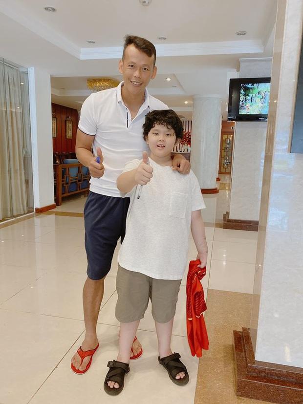 Tim khoe ảnh con trai hào hứng bên dàn cầu thủ Việt Nam, mới 9 tuổi đã cao lớn phổng phao ngang vai các chú - Ảnh 5.