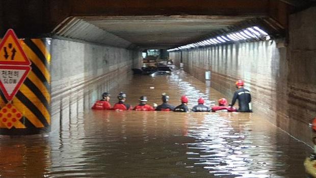 Hàn Quốc: Tuột tay con gái giữa dòng nước lũ gây ngập 2,5m, người mẹ không ngờ đó là giây phút cuối cùng của 2 mẹ con - Ảnh 3.