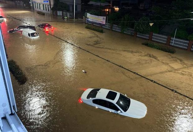 Hàn Quốc: Tuột tay con gái giữa dòng nước lũ gây ngập 2,5m, người mẹ không ngờ đó là giây phút cuối cùng của 2 mẹ con - Ảnh 4.