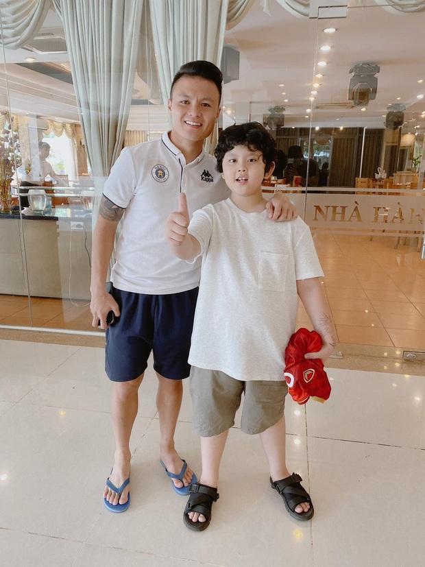 Tim khoe ảnh con trai hào hứng bên dàn cầu thủ Việt Nam, mới 9 tuổi đã cao lớn phổng phao ngang vai các chú - Ảnh 2.