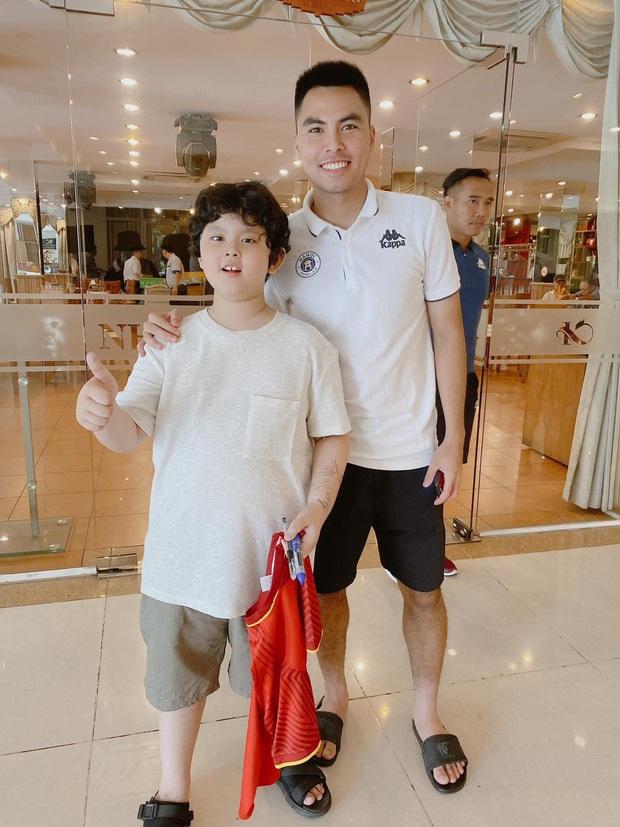 Tim khoe ảnh con trai hào hứng bên dàn cầu thủ Việt Nam, mới 9 tuổi đã cao lớn phổng phao ngang vai các chú - Ảnh 3.