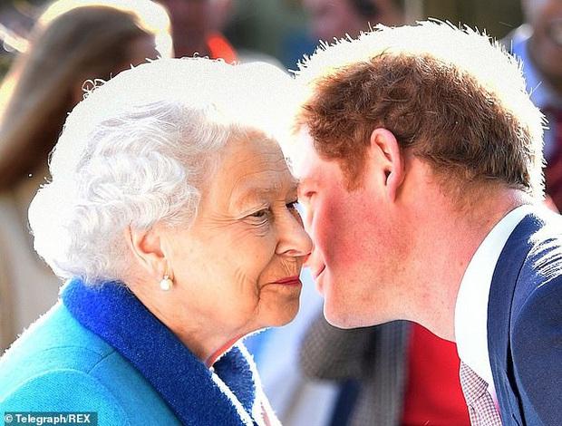 Tại bữa tối riêng tư mà Meghan Markle không được mời, Nữ hoàng nói gì với Harry ngay sau khi cháu trai tuyên bố muốn rời bỏ gia tộc? - Ảnh 3.