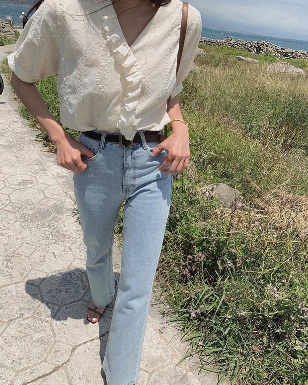 Quần jeans trên ôm dưới loe tôn chân cực khéo, chẳng trách chị em cứ diện suốt, chụp hình là đẹp mê - Ảnh 7.