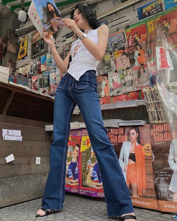 Quần jeans trên ôm dưới loe tôn chân cực khéo, chẳng trách chị em cứ diện suốt, chụp hình là đẹp mê - Ảnh 9.