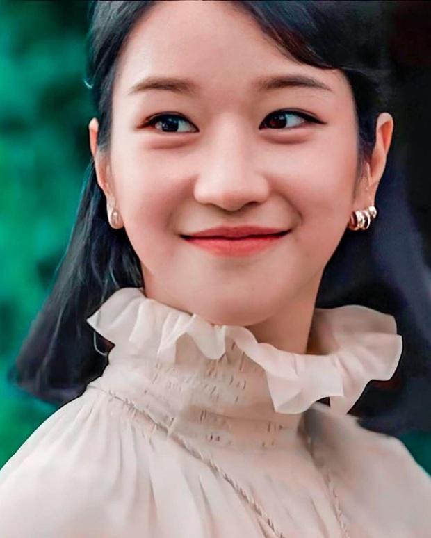 """Cùng diện áo blouse bánh bèo: Lisa """"dừ"""" hơn bình thường, Seo Ye Ji dịu dàng sang chảnh  - Ảnh 7."""