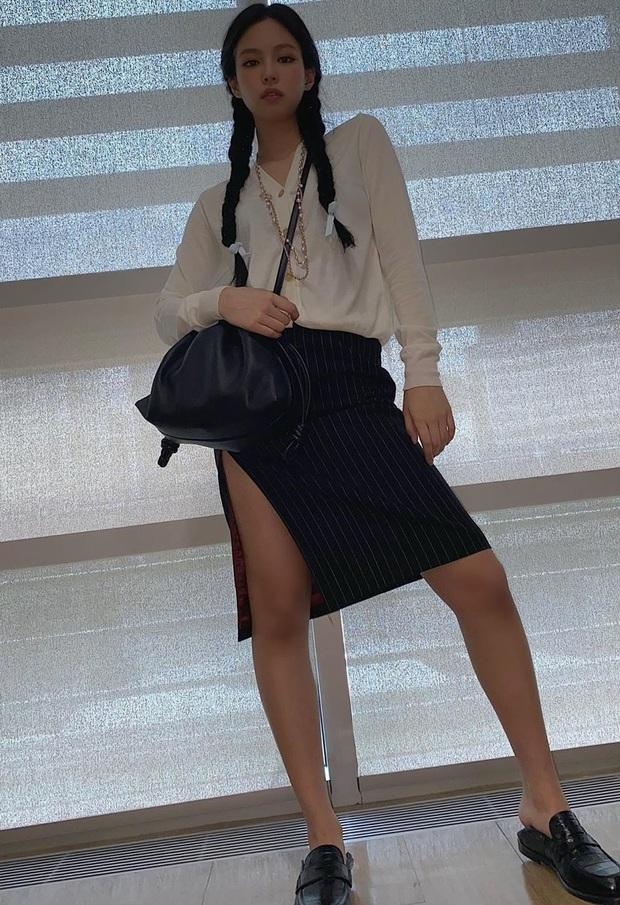 Hội chị em thấp bé phải học ngay các mỹ nhân nổi tiếng cách diện chân váy xẻ, trông cao ráo hơn mà điểm sexy cũng tăng vù vù - Ảnh 1.