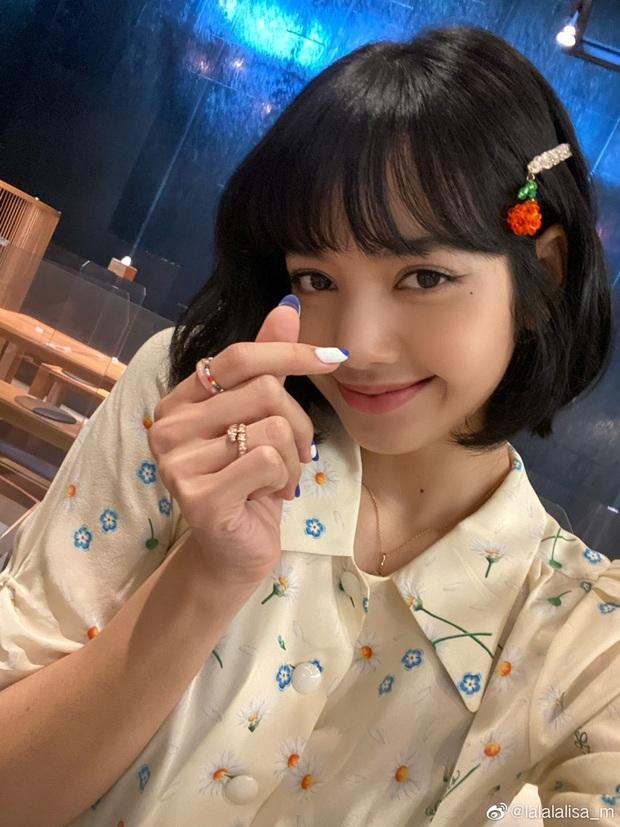 Được ngày lên đồ cute như cô gái nhà bên nhưng Lisa lại quất bộ phụ kiện gần 1 tỷ VNĐ, lai lịch chiếc áo khiến fan ấm lòng  - Ảnh 2.