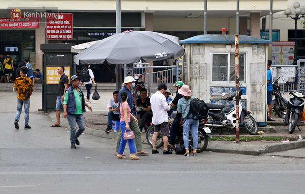 Chùm ảnh: Khẩu trang chính thức trở thành vật bất ly thân với người dân Sài Gòn và Hà Nội - Ảnh 7.
