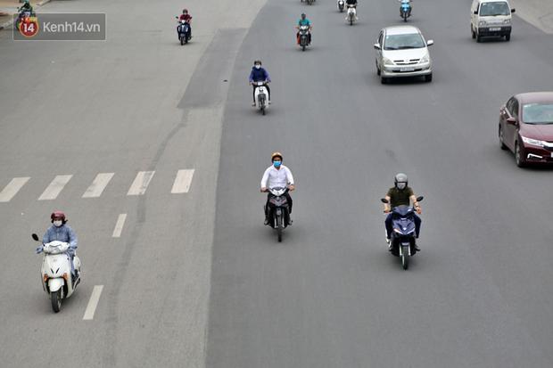 Chùm ảnh: Khẩu trang chính thức trở thành vật bất ly thân với người dân Sài Gòn và Hà Nội - Ảnh 2.