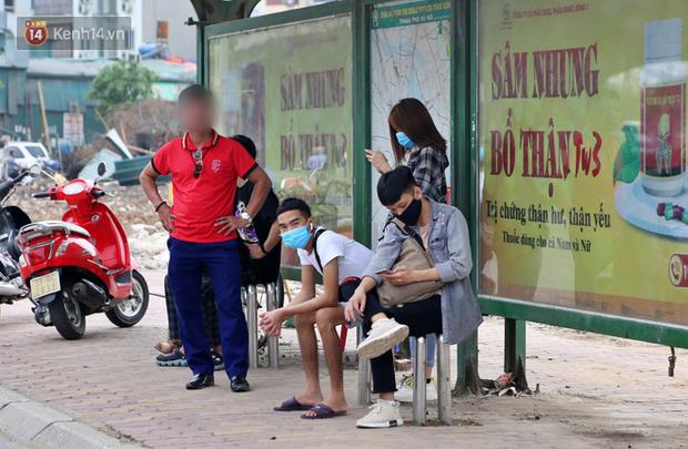 Chùm ảnh: Khẩu trang chính thức trở thành vật bất ly thân với người dân Sài Gòn và Hà Nội - Ảnh 13.