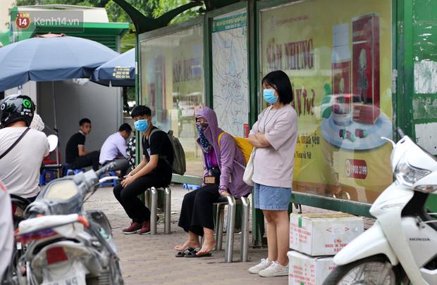 Chùm ảnh: Khẩu trang chính thức trở thành vật bất ly thân với người dân Sài Gòn và Hà Nội - Ảnh 11.