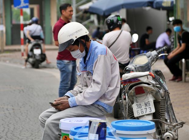 Chùm ảnh: Khẩu trang chính thức trở thành vật bất ly thân với người dân Sài Gòn và Hà Nội - Ảnh 12.