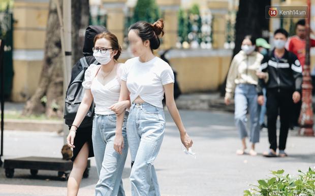 Chùm ảnh: Khẩu trang chính thức trở thành vật bất ly thân với người dân Sài Gòn và Hà Nội - Ảnh 23.
