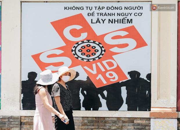 Chùm ảnh: Khẩu trang chính thức trở thành vật bất ly thân với người dân Sài Gòn và Hà Nội - Ảnh 15.
