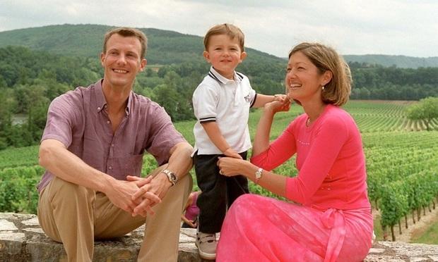 Hoàng tử Đan Mạch: Cậu con lai Âu- Á với thần thái đỉnh cao được các nhà mốt chọn mặt gửi vàng nhưng chỉ coi thời trang là một cuộc dạo chơi - Ảnh 2.