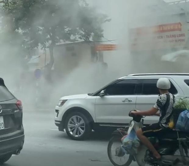 Hà Nội: Xe ô tô bất ngờ bốc cháy dữ dội đúng lúc đang lùi vào đổ xăng - Ảnh 2.