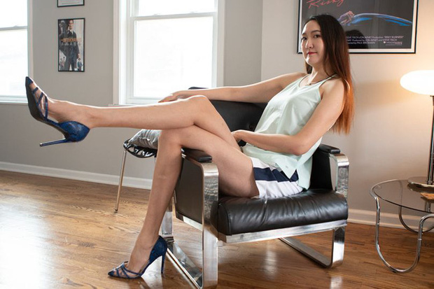 Cô gái có đôi chân dài nhất thế giới: Lùng sục khắp nơi mới mua được quần áo nhưng vẫn thích đi giày cao gót để khoe chân dài miên man - Ảnh 1.