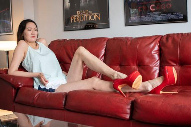 Cô gái có đôi chân dài nhất thế giới: Lùng sục khắp nơi mới mua được quần áo nhưng vẫn thích đi giày cao gót để khoe chân dài miên man - Ảnh 2.