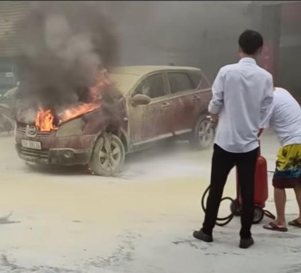 Hà Nội: Xe ô tô bất ngờ bốc cháy dữ dội đúng lúc đang lùi vào đổ xăng - Ảnh 3.