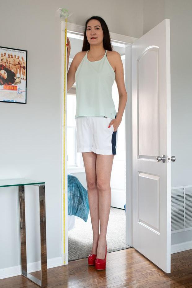 Cô gái có đôi chân dài nhất thế giới: Lùng sục khắp nơi mới mua được quần áo nhưng vẫn thích đi giày cao gót để khoe chân dài miên man - Ảnh 3.
