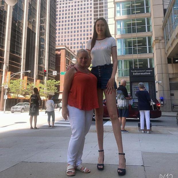 Cô gái có đôi chân dài nhất thế giới: Lùng sục khắp nơi mới mua được quần áo nhưng vẫn thích đi giày cao gót để khoe chân dài miên man - Ảnh 5.