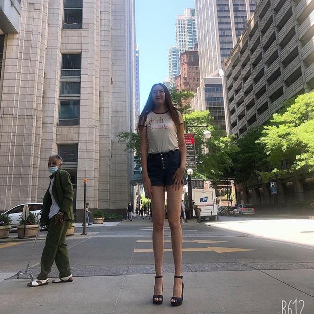 Cô gái có đôi chân dài nhất thế giới: Lùng sục khắp nơi mới mua được quần áo nhưng vẫn thích đi giày cao gót để khoe chân dài miên man - Ảnh 7.