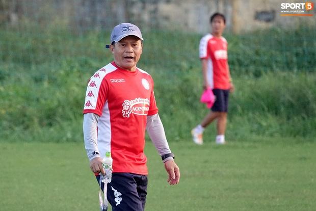 Thủ môn Bùi Tiến Dũng vắng mặt bí ẩn trong ngày đội TP.HCM có ban huấn luyện mới - Ảnh 7.