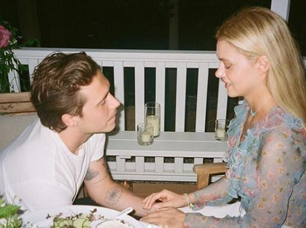 Brooklyn Beckham chính thức hé lộ ảnh cầu hôn tiểu thư tỷ phú: Quỳ gối và mở lời, nụ hôn nóng bỏng gây chú ý - Ảnh 2.