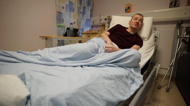Trải lòng của bệnh nhân phi công Anh trên BBC: Tôi là minh chứng sống cho thấy những gì con virus ấy có thể làm, và nó nguy hiểm ra sao - Ảnh 2.