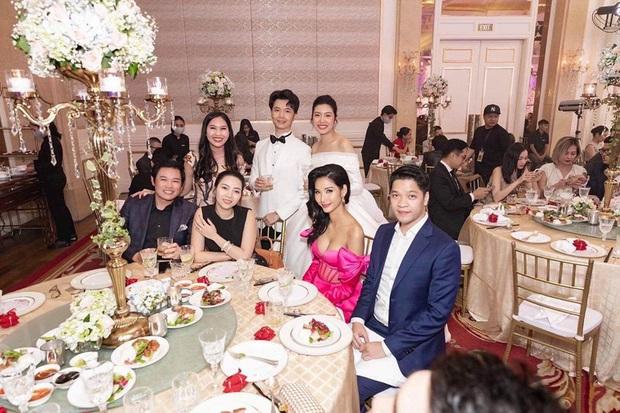 Hoàng Thuỳ gây tranh cãi khi mặc váy hồng chói chang dự đám cưới, cô dâu Thuý Vân phản ứng ra sao? - Ảnh 4.