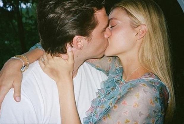Brooklyn Beckham chính thức hé lộ ảnh cầu hôn tiểu thư tỷ phú: Quỳ gối và mở lời, nụ hôn nóng bỏng gây chú ý - Ảnh 4.