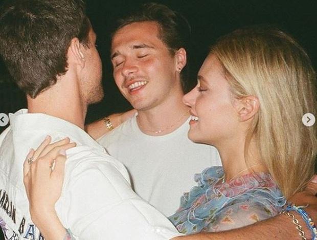 Brooklyn Beckham chính thức hé lộ ảnh cầu hôn tiểu thư tỷ phú: Quỳ gối và mở lời, nụ hôn nóng bỏng gây chú ý - Ảnh 7.