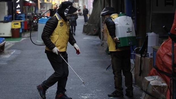 Reuters: Làn sóng dịch bệnh thứ 2 lây lan mạnh ở châu Á, lệnh siết chặt di chuyển áp dụng trên khắp thế giới - Ảnh 2.