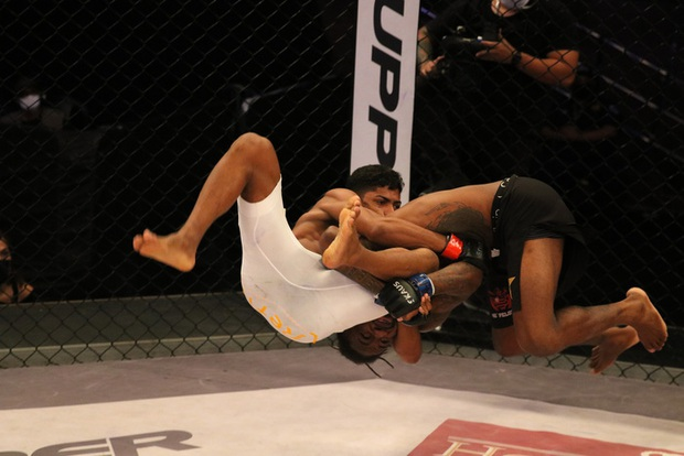 Cố gắng quật ngã đối thủ, võ sĩ cắm đầu xuống sàn đấu bất tỉnh - Ảnh 2.