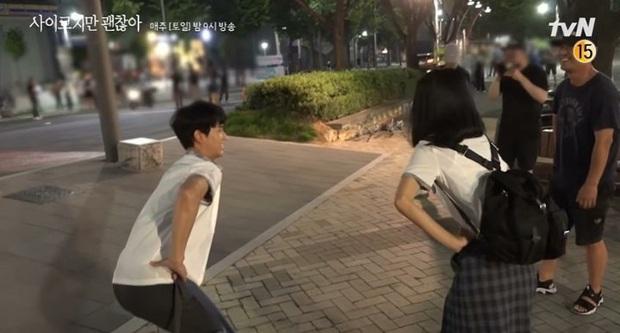 Được Seo Ye Ji khen đẹp trai, Kim Soo Hyun đỏ chín mặt ở hậu trường Điên Thì Có Sao - Ảnh 8.