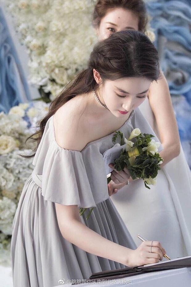 Thần tiên tỷ tỷ Lưu Diệc Phi rất ít khi làm phù dâu đám cưới, xem ảnh xong mới vỡ lẽ ra nguyên nhân vì sao - Ảnh 4.